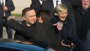 Prezydent Węgier Janos Ader oraz prezydent RP Andrzej Duda z małżonką Agatą Kornhauser-Dudą podczas ceremonii oficjalnego powitania na Zamku Królewskim w Piotrkowie Trybunalskim
