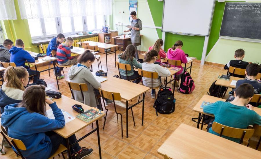Nauczycielka Renata Murawska prowadzi lekcję w klasie II w Szkole Podstawowej Nr 66 im. Misji Pokojowych ONZ w Bydgoszczy