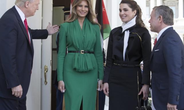 Równie piękne równolatki...? Melania Trump poległa w starciu na twarze z królową Ranią. FOTO
