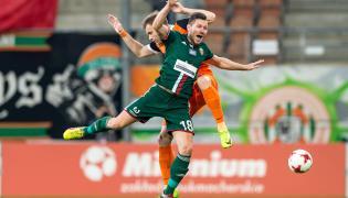 Piłkarz KGHM Zagłębie Lubin Dorde Cotra (tył) i Łukasz Madej (przód) ze Śląska Wrocław
