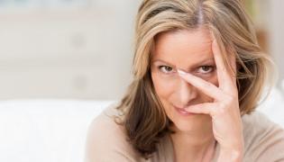 Kobieta zakrywająca twarz
