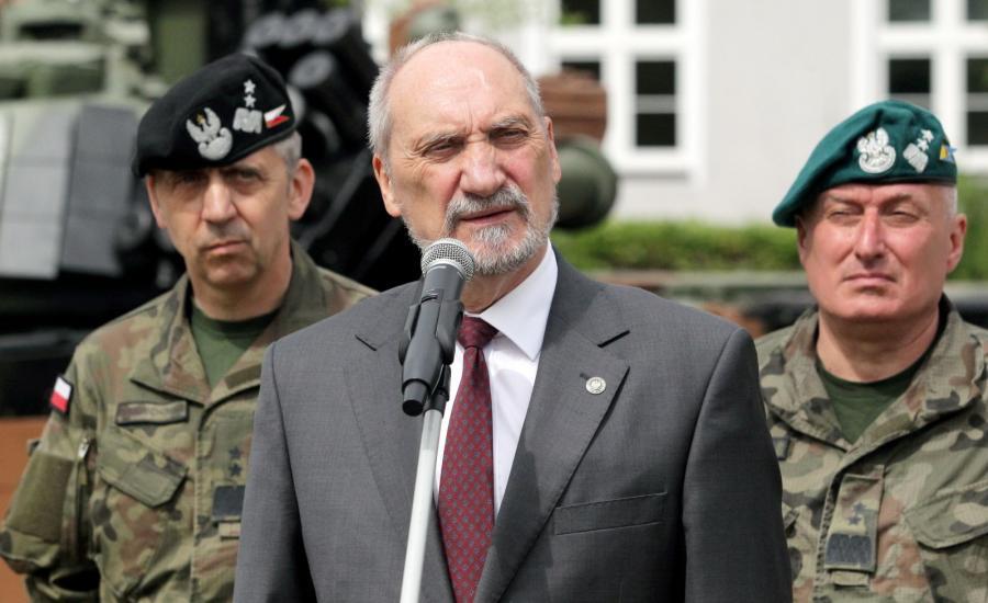 Minister obrony narodowej Antoni Macierewicz (C), dowódca operacyjny RSZ gen. dyw. Sławomir Wojciechowski (L) i dowódca 16. pomorskiej dywizji zmechanizowanej gen. dyw. Marek Sokołowski (P)