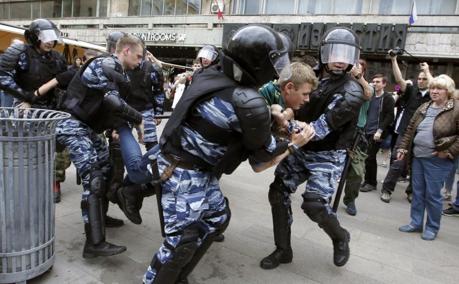Policja zatrzymuje protestujących
