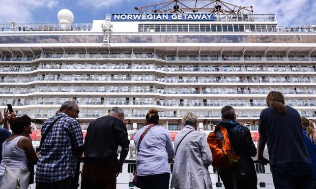 Największy wycieczkowiec w historii polskich portów wpłynął do Gdyni. Na pokładzie i pod nim moc atrakcji [ZDJĘCIA]