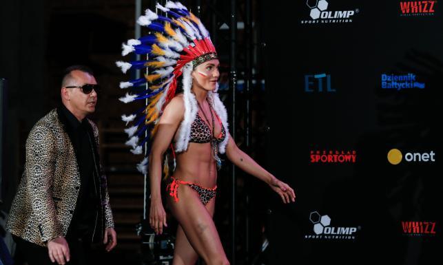 Show Ewy Brodnickiej. W takim stroju nasza pięściarka zaprezentowała się przed walką [FOTO]
