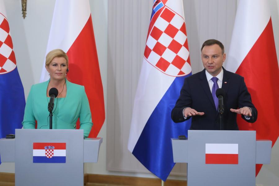 Prezydent Andrzej Duda i prezydent Chorwacji Kolinda Grabar-Kitarovic podczas konferencji prasowej po podpisaniu dokumentów dwustronnych - pierwszych umów realizujących koncepcję Trójmorza