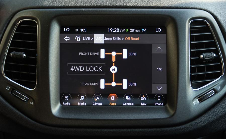 Na ekranie można obserwować przepływ momentu i parametry istotne w terenie np. kąt skrętu kół