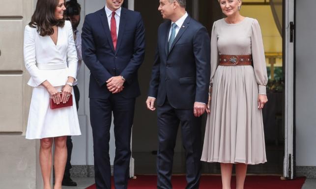 Przy księżnej Catherine trudno błyszczeć... STYLIZACJE Kate i Agaty Dudy na pierwszym spotkaniu w Polsce. FOTO
