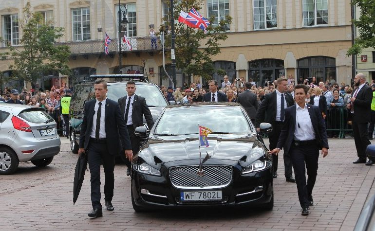 Jaguar XJ LWB z książęcą parą na pokładzie