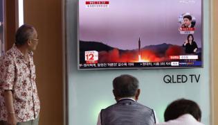 Koreańczycy z Południa oglądają w TV wiadmości dotyczące Korei Północnej