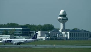 Wieża kontroli lotów na lotnisku Chopina