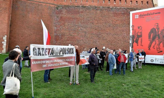 Premier oraz politycy PiS przyjechali na grób pary prezydenckiej. Bez prezesa Kaczyńskiego