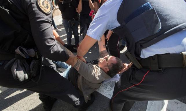 Zatrzymani katalońscy urzędnicy, tysiące demonstrantów na ulicach. W Barcelonie wrze przed referendum[ZDJĘCIA]