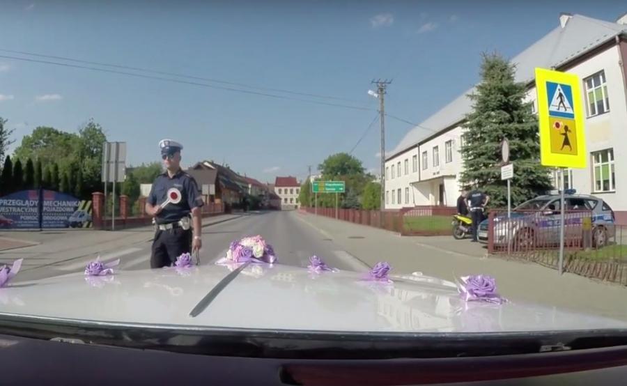 Policjanci Wydziału Ruchu Drogowego z Komendy Powiatowej Policji w Brzesku pełnili służbę w miejscowości Szczurowa