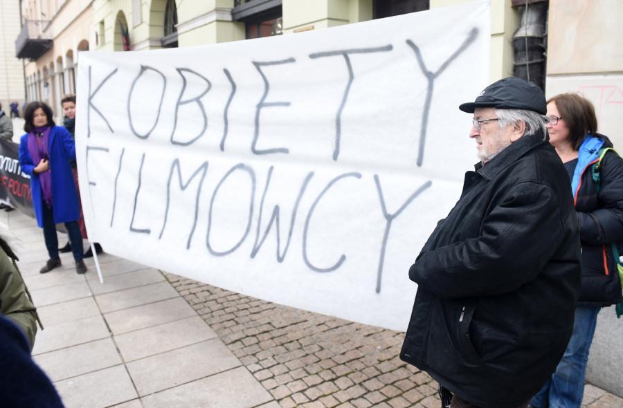 Kazimierz Kutz popiera postuaty zebranych pod siedzibą PISF