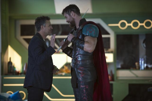 """Mark Ruffalo oraz Chris Hemsworth w filmie """"Thor: Ragnarok"""". Polska premiera 25 października 2017 roku"""