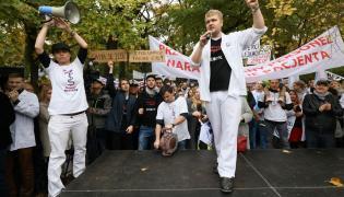 Pikieta zorganizowana przez lekarzy rezydentów przed KPRM w Warszawie