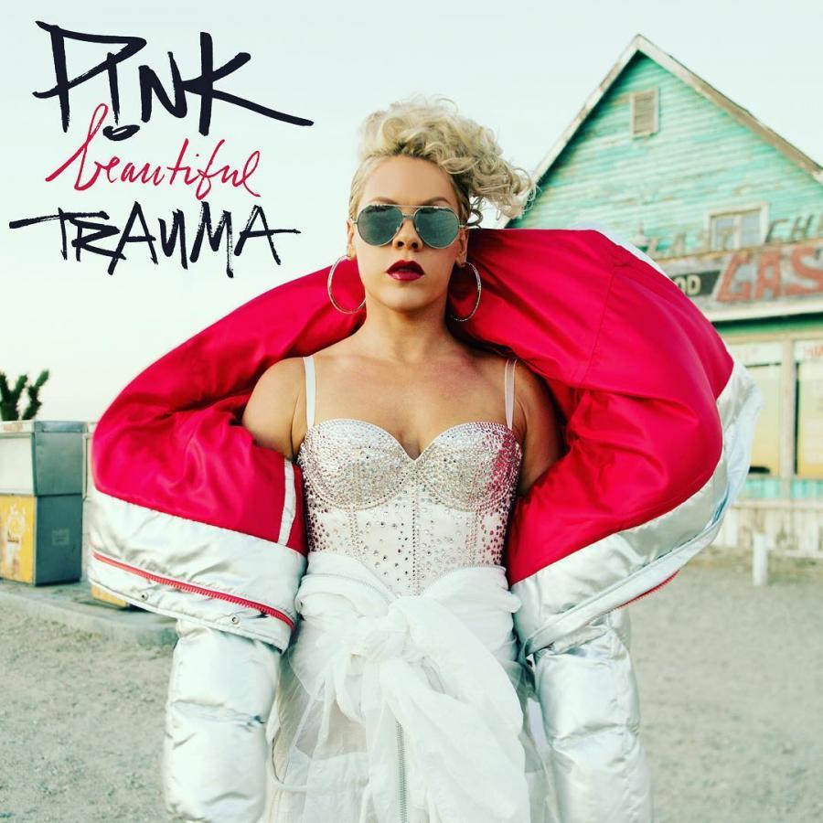 """Jedna z najpopularniejszych wokalistek świata - P!NK - powróciła z nową płytą. dla wielu to najlepszy krążek w karierze. I co najważniejsze - podoba się nie tylko fanom wokalistki. Pink """"Beautiful Trauma""""; Sony Music 2017"""