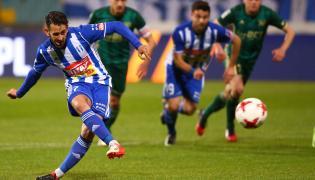 Piłkarz Wisły Płock Nico Varela (L) strzela bramkę z rzutu karnego podczas meczu Ekstraklasy ze Śląskiem Wrocław
