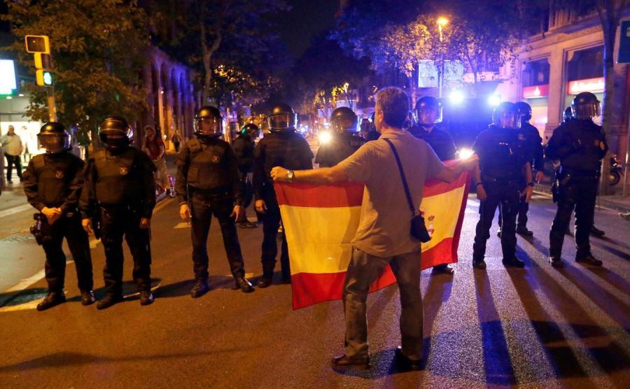 Przeciwnik niepodległości Katalonii i policja na ulicach Barcelony