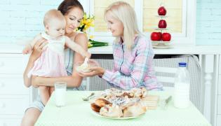 Dziecko z matką i opiekunką