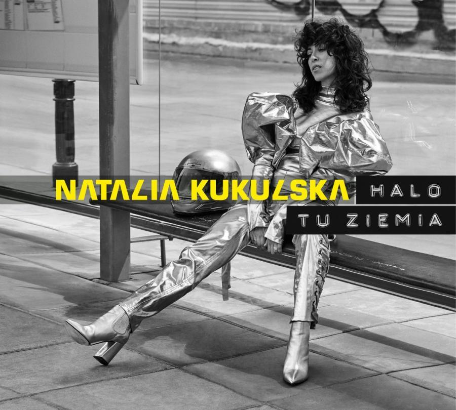 """""""Halo tu ziemia"""" to dziewiąty studyjny album Natalii Kukulskiej. Większość kompozycji została stworzona przez Natalię w kolektywie z Michałem Dąbrówką, Archie Shevsky'm i Marcinem Górnym. Ideą całej płyty był zapis żywych emocji i muzycznych pomysłów, będących efektem wspólnego grania podczas muzycznego wyjazdu całego zespołu w góry. Tam powstała większość piosenek. Dzięki temu album ma w sobie żywiołowość, rodzaj koncertowej energii ale również nie ucieka esencja czyli jakość kompozycji. Jak mówi artystka: """"Ten album jest w moim życiu przełomowy. Nie lubię wielkich słów i kategorycznych stwierdzeń, ale moment, w którym powstawała ta płyta, był wyjątkowy. Metafizyka"""".Natalia Kukulska """"Halo tu Ziemia"""" Wydawnictwo Agora"""