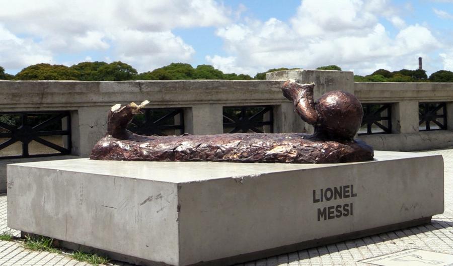 Zniszczony pomnik Messiego