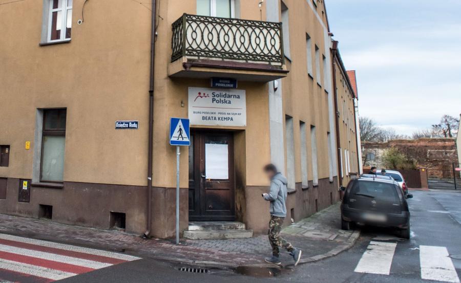 Spalone drzwi wejściowe do biura poselskiego Beaty Kempy w Sycowie
