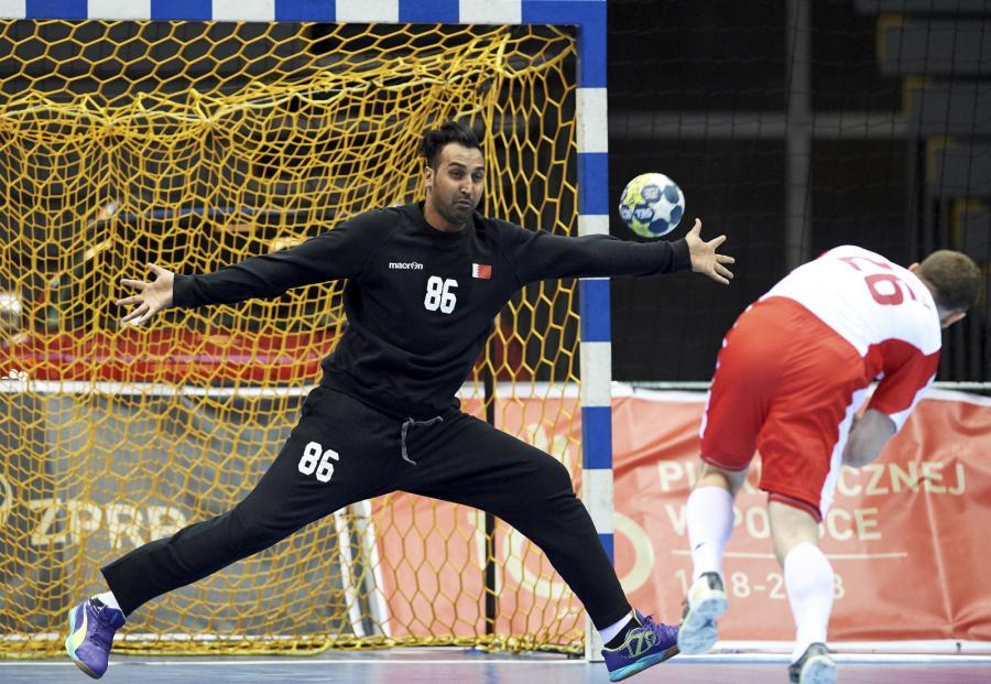 Polak Michał Daszek (P) i bramkarz Ali Khamis (L) z Bahrajnu