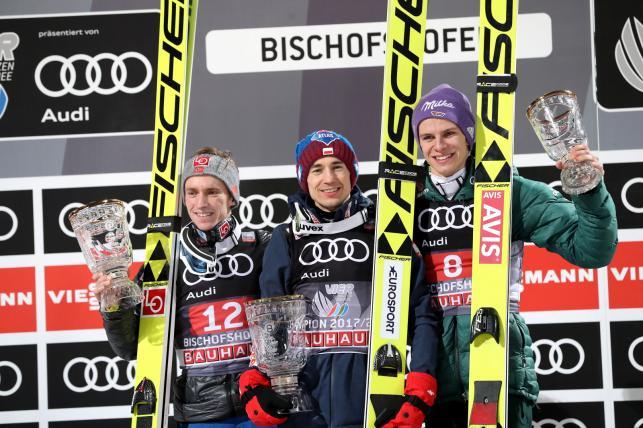 Dekoracja skoczków w Bischofshofen. Kamil Stoch (C) wygrał czwarty konkurs Turnieju Czterech Skoczni w Bischofshofen. Drugie miejsce zajął Norweg Anders Fannemel (L), a trzcie - Niemiec Andreas Wellinger (P)