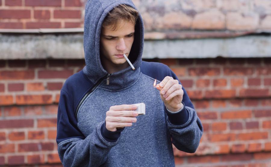Młody człowiek z papierosem
