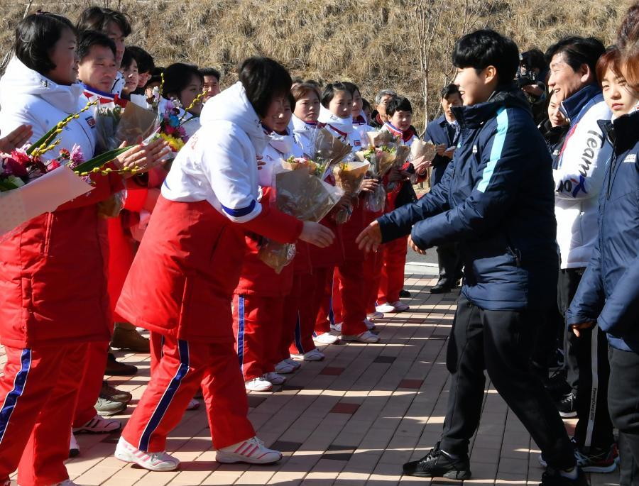 Północnokoreańskie hokeistki przyjechały na pierwszy trening z koleżankami z Południa