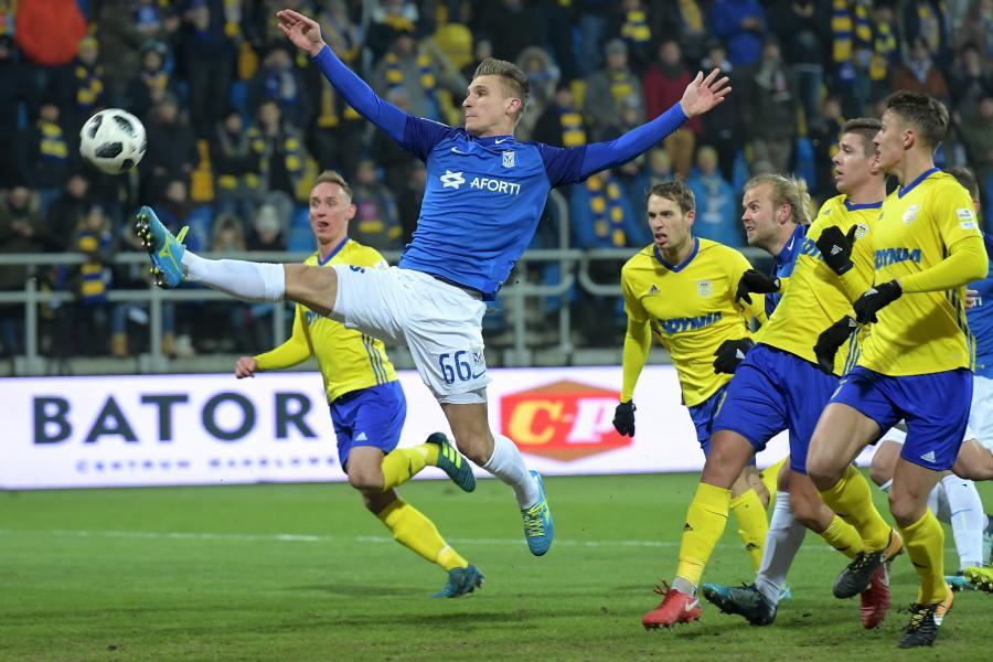 Zawodnik Lecha Poznań Emir Dilaver (C) podczas meczu piłkarskiej Ekstraklasy z Arką Gdynia