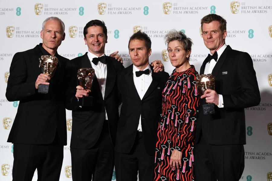 Od lewej: reżyser Martin McDonagh, producent Peter Czernin, aktor Sam Rockwell, aktorka Frances McDormand oraz brytyjski producent Graham Broadbenta na gali BAFTA.