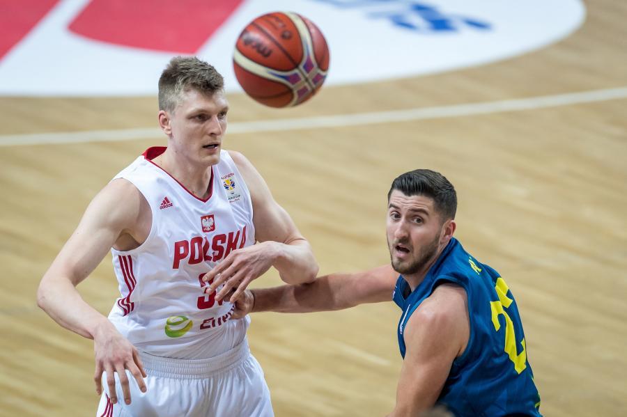 Zawodnik reprezentacji Polski Karol Gruszecki (L) i Jaren Sina (P) z reprezentacji Kosowa