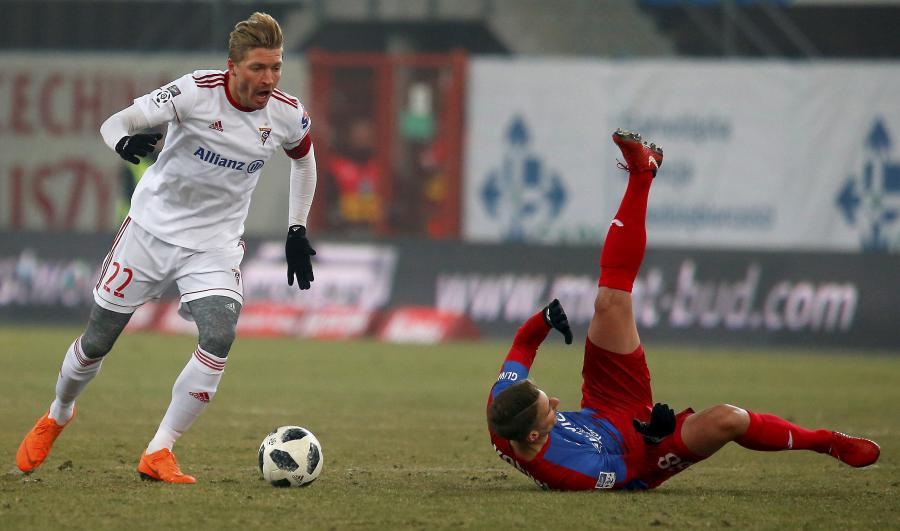 Piłkarz Piasta Gliwice Uros Korun (P) i Szymon Matuszek (L) z Górnika Zabrze