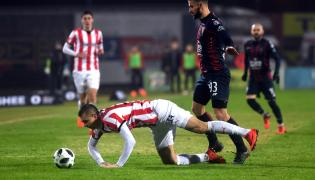 Piłkarz Pogoni Szczecin Łukasz Zwoliński (P) i Michał Helik (L) z Cracovii Kraków