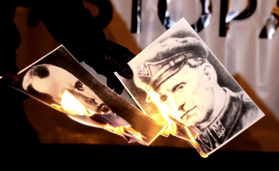 Uczestnicy manifestacji spalili zdjęcia Stepana Bandery