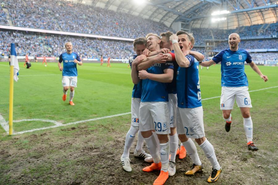 Radosław Majewski (L), Kamil Jóźwiak (2L), Maciej Gajos (3P), Wołodymyr Kostewycz (2P) i Łukasz Trałka (P) cieszą się z bramki strzelonej Górnikowi Zabrze