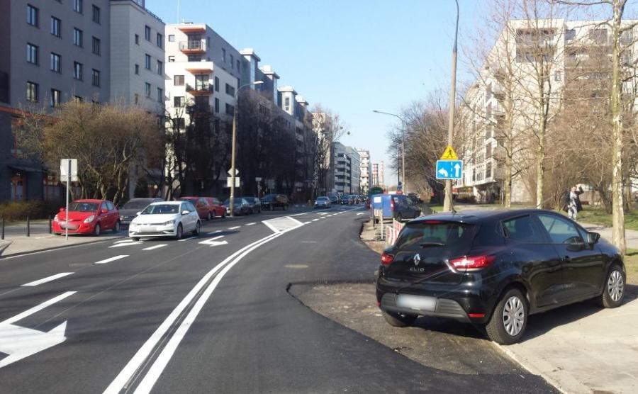Ślady na jezdni wskazują na to, że zaparkowanych samochodów było więcej niż to czarne renault clio