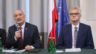 Były szef MON, poseł Antoni Macierewicz (L) i przewodniczący Podkomisji do Ponownego Zbadania Wypadku Lotniczego dr inż. Kazimierz Nowaczyk (P)
