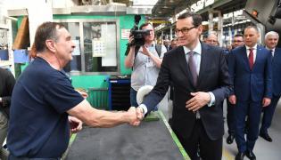 Premier Mateusz Morawiecki podczas wizyty w fabryce Jelcz