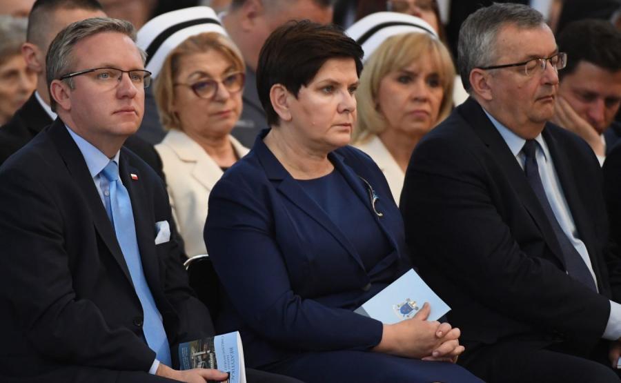 Krzysztof Szczerski, Beata Szydło i Andrzej Adamczyk podczas mszy św