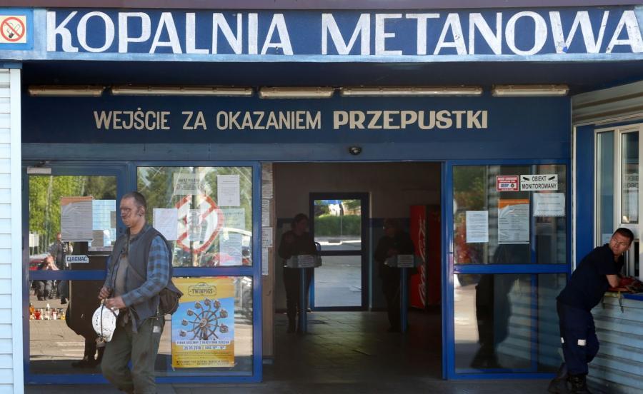 Ratownicy przed kopalnią Borynia-Zofiówka-Jastrzębie