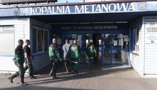 Ratownicy wchodzą do kopalni Zofiówka