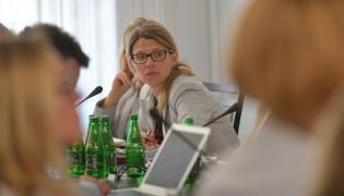 Podsekretarz stanu w Ministerstwie Zdrowia Katarzyna Głowala podczas posiedzenia senackiej komisji zdrowia