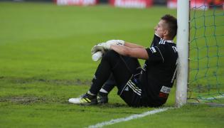 Bramkarz Bruk-Bet Termaliki Nieciecza Dariusz Trela po przegranym meczu grupy spadkowej w ostatniej kolejce sezonu piłkarskiej Ekstraklasy z Piastem Gliwice