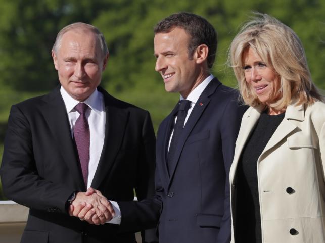 Władimir Putin oraz Emmanuel i Brigitte Macronowie