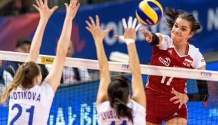 Malwina Smarzek (P) oraz Anna Kotikova (L) i Ekaterina Lyubushkina (C) z Rosji podczas meczu Ligi Narodów siatkarek