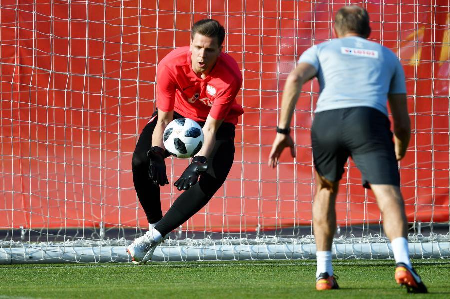 Bramkarz reprezentacji Polski Wojciech Szczęsny (L) podczas treningu w Soczi